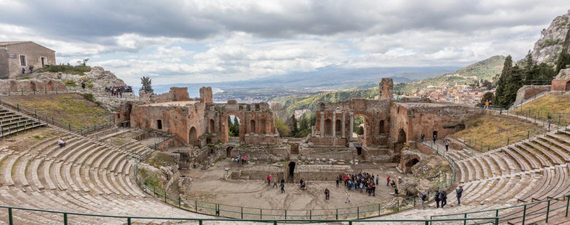 Teatr grecki z IV w p.n.e. - morze i Etna