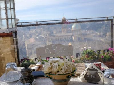 Śniadanie w Caltagirone...
